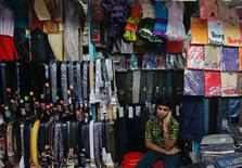 Продавец говорит по мобильному телефону в Бомбее 2 февраля 2012 года. Верховный суд Индии отказал в удовлетворении апелляции дочерней компании российского конгломерата АФК Система, оспаривавшей лишение ее частот после скандала. REUTERS/Danish Siddiqui
