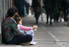 Uma pedinte é vista com sua filha no centro de Atenas, em 2010. Quase um terço das crianças em Grécia, Irlanda, Portugal, Itália e Espanha foram empurradas para os limites da pobreza por causa de medidas de austeridade destinadas a reduzir a dívida pública desses países, disse nesta quinta-feira a ONG católica Caritas. 01/12/2010 REUTERS/Yannis Behrakis