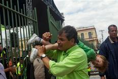 El presidente de Ecuador, Rafael Correa, se encamina sin sobresaltos a su segunda reelección, que le permitiría extender su Gobierno socialista a 10 años de la mano de una alta popularidad ganada a base a millonarios programas de asistencia social. En la imagen, el presidente ecuatoriano Rafael Correa con un niño en la espalda durante un mitin en Guano, el 30 de enero de 2013. REUTERS/Guillermo Granja