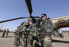 """Militaires français près de Bamako, au Mali. L'armée française a démenti jeudi être dans une situation d'enlisement au Mali où 4.000 de ses militaires et 4.300 soldats africains sont entrés dans une phase de """"sécurisation"""" du pays après avoir repris les principales villes du Nord. /Photo prise le 19 janvier 2013/REUTERS/Eric Gaillard"""