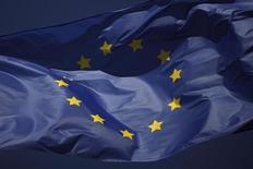 Флаг ЕС у торгового центра La Canada в Марбелье 23 января 2013 года. Еврокомиссия официально предложила в четверг обложить налогом финансовые операции в 11 странах, что позволит получать до 35 миллиардов евро ежегодно - шаг, который, по мнению инвесторов, ударит по вкладчикам и пенсионным фондам. REUTERS/Jon Nazca