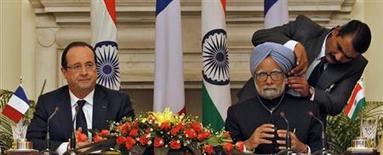 """François Hollande et le Premier ministre indien Manmohan Singh, à New Dehli. Le président a entamé jeudi une visite d'Etat à forte dimension économique en Inde, où il a dit vouloir """"élargir"""" un partenariat déjà """"exceptionnel"""", même si peu de contrats devraient être signés pendant son séjour. /Photo prise le 14 février 2013/REUTERS/B Mathur"""