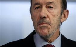 El líder del principal partido de la oposición en España, el socialista Alfredo Pérez Rubalcaba, dijo el jueves que había solicitado a Hacienda sus datos fiscales y que tenía un sueldo de 55.840 euros sin dietas. En la imagen, Rubalcaba en rueda de prensa el 3 de febrero de 2013 en Madrid. REUTERS/Stringer