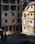 Los rebeldes sirios capturaron el jueves una localidad situada en una provincia oriental productora de petróleo, después de tres días de combates en los que murieron 30 insurgentes del Frente al Nusra y 100 soldados del Gobierno, de acuerdo con un grupo de seguimiento del conflicto. En la imagen, hombres caminan en la zona de Al Masir en Alepo, el 13 de febrero de 2013. REUTERS/Muzaffar Salman