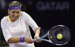 La Biélorusse Victoria Azarenka, numéro un mondiale et tenante du titre au tournoi WTA de Doha, s'est qualifiée jeudi pour les quarts de finale en battant l'Américaine Christina McHale 6-0 6-0. /Photo prise le 14 février 2013/REUTERS/Fadi Al-Assaad