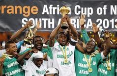 Jogadores da seleção da Nigéria comemoram título da Copa das Nações Africanas após partida contra o Burkina Faso em Johanesburgo, África do Sul. A Nigéria ganhou 22 posições no ranking da Fifa, nesta quinta-feira, após a conquista do título da Copa das Nações Africanas, mas o continente permaneceu sem nenhum representante entre os 10 primeiros colocados. 10/02/2013 REUTERS/Thomas Mukoya