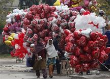 lgunos paquistaníes celebraron el Día de San Valentín el jueves con globos y flores, pero otros denunciaron esta festividad como un insulto al islam. En la imagen, dos mujeres caminan junto a globos en forma de corazón el día de San Valentín en Lahore, Paquistán. REUTERS/Mohsin Raza