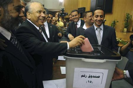 Parliament Speaker Saad El-Katatni (C) casts his vote during the two chambers of parliament meeting to elect the 100 members of the constituent assembly in Cairo June 12, 2012. REUTERS/Stringer