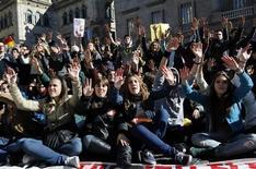 El Gobierno dijo el jueves que prepara una estrategia a cuatro años cofinanciada por Europa y dotada con 3.500 millones de euros para reducir el elevado paro juvenil, que afecta a uno de cada dos jóvenes. En la iamgen del 6 de febrero se puede ver una manifestación de protesta de los estudiantes por los recortes en la educación pública en Barcelona el 6 de febrero. REUTERS/Albert Gea