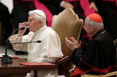 Benedicto XVI está redactando su último mensaje para la Iglesia Católica en el que pide a los líderes de la institución que dejen de lado las rivalidades y sólo piensen en la unidad de la fe. En la imagen, el papa Benedicto XVI bebe agua en una audiencia especial con sacerdotes de la diócesis de Roma, en la sala Pablo VI del Vaticano, el 14 de febrero 2013. REUTERS/ Max Rossi