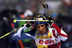Le Français Martin Fourcade a remporté jeudi le cinquième titre mondial de sa carrière, cette fois-ci dans l'épreuve du 20 km individuel aux championnats du monde de biathlon qui se tiennent à Nove Mesto, en République tchèque. /Photo prise le 14 février 2013/REUTERS/Petr Josek