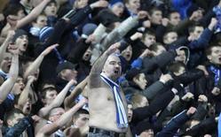 Seguidores del Liverpool fueron atacados por un grupo de ultras antes del partido del jueves de los dieciseisavos de final de la Liga Europa frente al Zenit de San Petersburgo, según informó la televisión rusa. En la imagen, ultras del Zenit durante el partido contra el Liverpool. REUTERS/Alexander Demianchuk