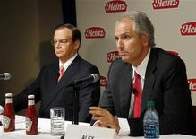 Alex Behring (R), Managing Partner at 3G Capital, talks as Heinz Chairman, President and CEO William R. Johnson listens during a news conference to announce that Heinz has agreed to be bought by Berkshire Hathaway and 3G Capital, in Pittsburgh, Pennsylvania February 14, 2013. REUTERS/ Jason Cohn