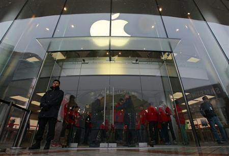 Security guards and staff stand at the entrance of an Apple store during the release of iPhone 5 in Beijing's Wangfujing shopping district, December 14, 2012. REUTERS/Petar Kujundzic