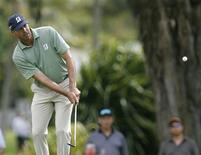 Matt Kuchar of the U.S. chips onto the fourth green during the third round of the Sony Open golf tournament in Honolulu, Hawaii January 12, 2013. REUTERS/Hugh Gentry