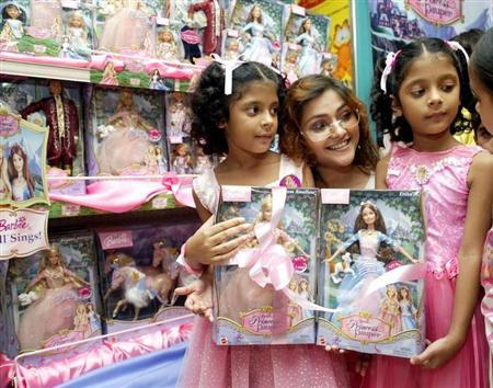 Actress Koneenica Banerjee (C) poses with twin girls during a launch of a new range of dolls in Calcutta, October 14, 2004. REUTERS/Sucheta Das/Files