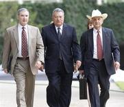 Los dos últimos condenados por ayudar al ex financiero de Texas Allen Stanford a estafar a inversores fueron sentenciados el jueves a 20 años de prisión, por su papel en el esquema Ponzi de 7.200 millones de dólares (unos 5.380 millones de euros). El juez de distrito de Houston David Hittner sentenció a Gilbert Lopez, ex presidente contable de Stanford Financial Group, y al ex controlador Mark Kuhrt. En la imagen de archivo, López, en el centro, con sus abogados en Houston, Texas, el 25 de junio de 2009. REUTERS/Steve Campbell