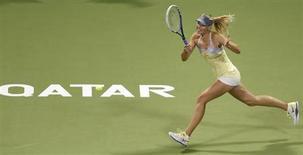 Российская теннисистка Мария Шарапова в матче Qatar Open против чешки Клары Закопаловой в Дохе 14 февраля 2013 года. Российская теннисистка Мария Шарапова вышла в четвертьфинал турнира Qatar Open, проходящего в Дохе. REUTERS/Fadi Al-Assaad