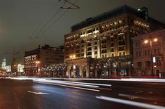"""Puede que no sea combate cuerpo a cuerpo, pero la """"guerra de divisas"""" llegó a Moscú el viernes, con funcionarios de Finanzas del Grupo de las 20 mayores economías desarrolladas y emergentes del mundo (G-20) discutiendo sobre las políticas expansivas de Japón que han hecho caer el valor del yen. En la imagen, una vista general del hotel Ritz-Carlton, donde se alojarán algunos de los asistentes la G-20, en Moscú, el 11 de febrero de 2013. REUTERS/Mikhail Voskresensky"""