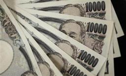 """Купюры валюты иена в Токио 2 августа 2011 года. Иена поднялась к доллару и евро на фоне противоречивых комментариев чиновников по поводу валютного рынка накануне совещания """"Большой двадцатки"""" в Москве. REUTERS/Yuriko Nakao"""