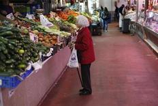 La tasa interanual del índice de precios al consumo (IPC) de España se moderó en enero hasta un aumento del 2,7 por ciento desde el 2,9 por ciento de diciembre, gracias a los precios de la electricidad y los carburantes, según datos divulgados el viernes por el Instituto Nacional de Estadística (INE). En la imagen, una mujer observa un puesto de fruta y verdura en Madrid, el 29 de enero de 2013. REUTERS/Juan Medina