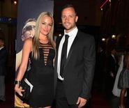 Oscar Pistorius e la fidanzata Reeva Steenkamp in una foto del 7 febbraio scorso. REUTERS/Thembani Makhubele