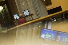 La Bolsa española mantenía el viernes en la apertura la debilidad de las dos últimas sesiones al pesar sobre el ánimo de los inversores unos malos datos macroeconómicos europeos, con el foco de la jornada puesto en la reunión del G-20 en Moscú. En la imagen, un hombre en la Bolsa de Madrid el 27 de julio de 2012. REUTERS/Susana Vera