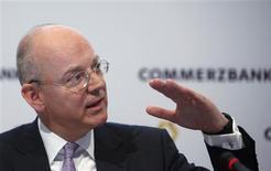 Le président du directoire de Commerzbank, Martin Blessing. La banque allemande prévoit d'augmenter légèrement ses provisions pour créances douteuses cette année, compte tenu de la détérioration de la conjoncture économique. /Photo prise le 15 février 2013/REUTERS/Lisi Niesner