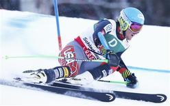 L'Américain Ted Ligety a pris vendredi une option sur le titre de champion du monde de slalom géant en survolant la première manche de l'épreuve disputée à Schladming. Le tenant du titre et leader de la Coupe du monde de la spécialité a devancé le Norvégien Aksel Lund Svindal et l'Autrichien Marcel Hirscher a réalisé le troisième temps. /Photo prise le 15 février 2013/REUTERS/Ruben Sprich