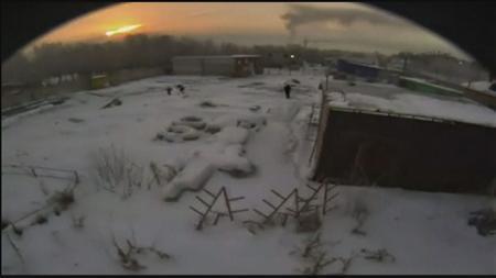 2月15日、ロシア非常事態省は、ウラル地方で閃光を伴う大きな爆発があり、隕石落下による可能性が高いとの見方を示した。150人以上が負傷したとの情報もある。写真はアマチュアビデオの映像から(2013年 ロイター)