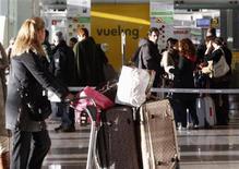 Vueling e Iberia Express informaron el viernes de que se han visto obligados a cancelar cientos de vuelos la próxima semana por la huelga de los trabajadores de Iberia. En la imagen, pasajeros cerca de un mostrador de Vueling en Barcelona, el 30 de enero de 2012. REUTERS/Gustau Nacarino