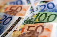 Купюры валюты евро разного достоинства в Варшаве 24 февраля 2012 года. Глава Европейского центробанка и два других регулятора выступили против политического требования определить ориентир для курса евро перед заседанием финансовых лидеров в Москве. REUTERS/Kacper Pempel