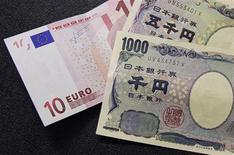 """Купюры валюты евро (слева) и иена в пункте обмена валют в Брюсселе 9 сентября 2010 года. Иена поднялась до двухнедельного максимума к евро на фоне противоречивых комментариев чиновников по поводу валютного рынка накануне совещания """"Большой двадцатки"""" в Москве. REUTERS/Francois Lenoir"""
