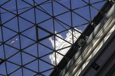 El Gobierno español aprobó el viernes un informe sobre la esperada reforma de la administración local, con la que pretende racionalizar el gasto en la prestación de servicios municipales en un momento crítico para las cuentas públicas del país. En la imagen, un helicóptero sobrevuela el ayuntamiento de Madrid el 27 de diciembre de 2011. REUTERS/Andrea Comas