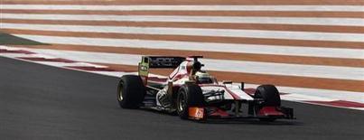 Una empresa española de desguace y reciclaje de coches ha comprado cinco coches de la clausurada escudería de Fórmula 1 HRT, mientras que otro de los chasis ha ido a parar al fabricante de neumáticos Pirelli para tareas de promoción. En la imagen de archivo, el piloto de HRT Pedro Martínez de la Rosa en los entrenamientos del Gran PRemio de India, a las afueras de Nueva Delhi, el 26 de octubre de 2012. REUTERS/Adnan Abidi
