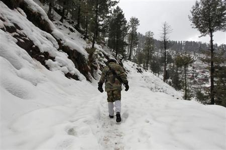 An Indian army soldier patrols near the Line of Control (LoC) in Churunda village, about 129 km (80 miles) northwest of Srinagar, January 12, 2013. REUTERS/Danish Ismail/Files
