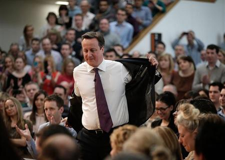 Britain's Prime Minister David Cameron prepares to address an audience at the headquarters of the B&Q home improvement store in Eastleigh, southern England February 14, 2013. REUTERS/Ben Gurr/Pool