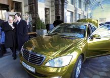 France's Finance Minister Pierre Moscovici (L) and Britain's Chancellor of the Exchequer George Osborne (2nd L) walk past a wedding car at the Ritz Carlton hotel in Moscow February 15, 2013. G20 officials struggled to find a common form of words on currency manipulation ahead of a summit on Friday at which divisions within the group over growth versus austerity looked set to flare back into life. REUTERS/Sergei Karpukhin