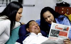 El presidente venezolano, Hugo Chávez, sigue con problemas respiratorios inherentes a la operación por un cáncer que le fue practicada hace más de dos meses en Cuba, dijo el viernes el Gobierno, que mostró por la televisión estatal sus primeras fotos en las que se le ve acostado y sonriente junto a sus hijas. Imagen de Chávez con una copia del diario Granma y sus hijas Rosa Virginia (dcha.) y María facilitada por el Ministerio de Información el 15 de febrero. REUTERS/Ministerio de Información/Handout