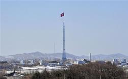 Una bandera norcoreana en el poblado de Gijeongdong, feb 15 2013. Corea del Norte le dijo a China, su principal aliado, que está preparada para realizar una o incluso dos pruebas nucleares más este año, en un intento por forzar a Estados Unidos a sostener conversaciones diplomáticas con Pyongyang, dijo una fuente con conocimiento directo del mensaje. REUTERS/Jung Yeon-je/Pool