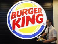 Funcionário prepara pedido em inauguração de restaurante do Burger King no aeroporto de Marignane, França. O Burger King teve salto de 94 por cento no lucro do quarto trimestre, quando novos produtos elevaram as vendas comparáveis nos Estados Unidos e Canadá. 22/12/2012 REUTERS/Jean-Paul Pelissier