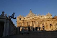 El Vaticano designó el viernes al abogado alemán Ernst von Freyberg como el nuevo presidente de su banco, un puesto que quedó vacante en mayo cuando el anterior jefe fue expulsado de la institución, duramente golpeada por escándalos financieros. En la imagen, vista de la basílica de San Pedro en el Vaticano el 14 de febrero de 2013. REUTERS/Tony Gentile