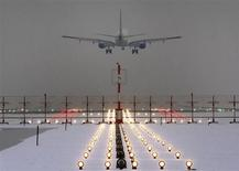 A German Lufthansa plane lands at Munich's international airport early January 25, 2013. REUTERS/Michael Dalder (GERMANY - Tags: ENVIRONMENT TRANSPORT) - RTR3CXFH