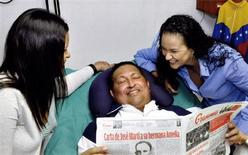 Presidente da Venezuela, Hugo Chávez, segura jornal em recuperação de cirurgia em Havana, Cuba. Chávez segue com problemas respiratórios em consequência de uma operação contra o câncer a qual foi submetido há mais de dois meses em Cuba, anunciou nesta sexta-feira o governo da Venezuela, que também divulgou as primeiras fotos de Chávez desde a operação. 14/02/2013 REUTERS/Ministry of Information/Divulgação