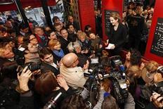 Nathalie Kociusko-Morizet, dans un café parisien. NKM, qui a annoncé jeudi sa candidature à la mairie de Paris en 2014, arriverait en tête des primaires à droite, mais serait battue par la socialiste Anne Hidalgo, créditée de 55% des suffrages au second tour des municipales, selon un sondage Opinionway pour Le Figaro et LCI publié vendredi. /Photo prise le 15 février 2015/REUTERS/Charles Platiau