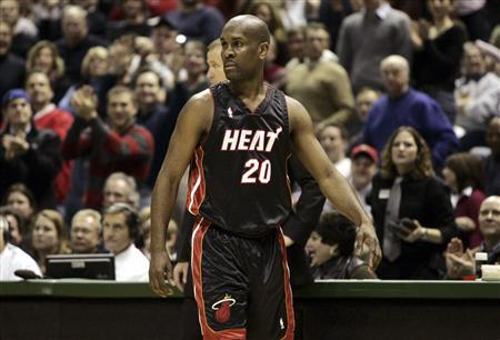 Miami Heat guard Gary Payton looks back at officials after he was charged with two technical fouls and ejected from the game in the first half of NBA action against the Milwaukee Bucks in Milwaukee, Wisconsin, February 3, 2007. REUTERS/Allen Fredrickson