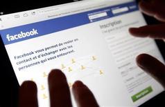 Facebook a annoncé vendredi avoir été la cible d'une série de cyberattaques lancées par un groupe non identifié de hackers. /Photo prise le 30 janvier 2013/REUTERS/Régis Duvignau