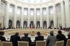 """Les ministres des Finances et banquiers centraux du G20 réunis à Moscou ont promis samedi de ne pas s'engager dans une """"guerre des monnaies"""" et remis à plus tard l'adoption de nouveaux objectifs de réduction de la dette en raison de la conjoncture économique mondiale toujours fragile. /Photo prise le 15 février 2013/REUTERS/Maxim Shemetov"""