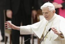 Selon un sondage Ifop pour Sud-Ouest Dimanche, 45% des catholiques français dressent un bilan positif du pontificat de Benoît XVI et estiment que le pape, qui a annoncé à la surprise générale sa démission, a plutôt bien défendu les valeurs du catholicisme. /Photo prise le 14 février 2013/REUTERS/ Max Rossi