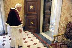 La decisión del Papa Benedicto XVI de residir en el Vaticano tras su renuncia le dará seguridad y privacidad. También le ofrecerá protección legal ante cualquier intento de acusarlo en relación con casos de abusos sexuales del clero, dijeron fuentes de la Iglesia y expertos legales. En la imagen, de 15 de febrero, el papa Benedicto XVI abandona una audiencia privada con el presidente rumano Traian Basescu en el Vaticano. REUTERS/Maurizio Brambatti/Pool